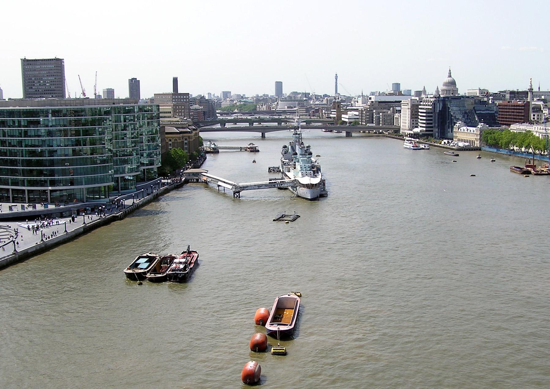 File:River.thames.viewfromtowerbridge.london.arp.jpg - Wikimedia Commons