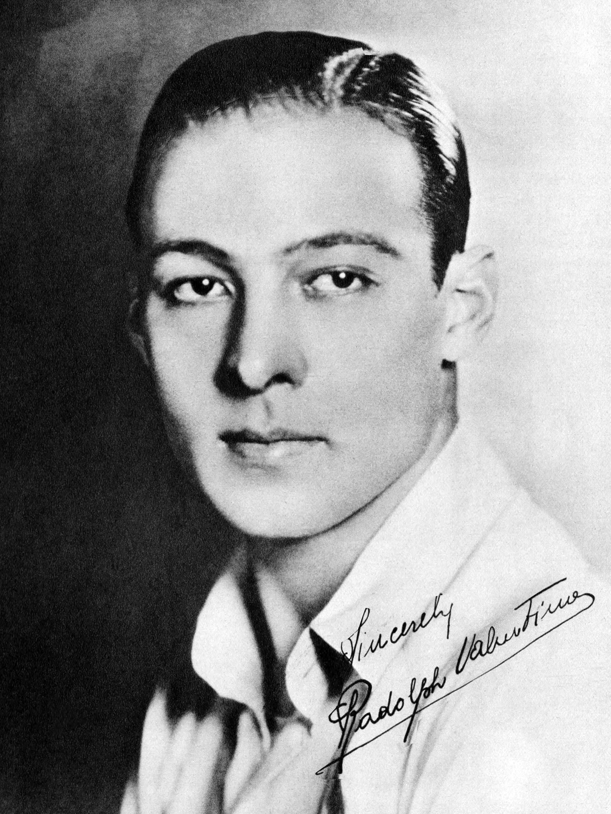 File:Rudolph Valentino in the Blue Book of the Screen 01.jpg ...