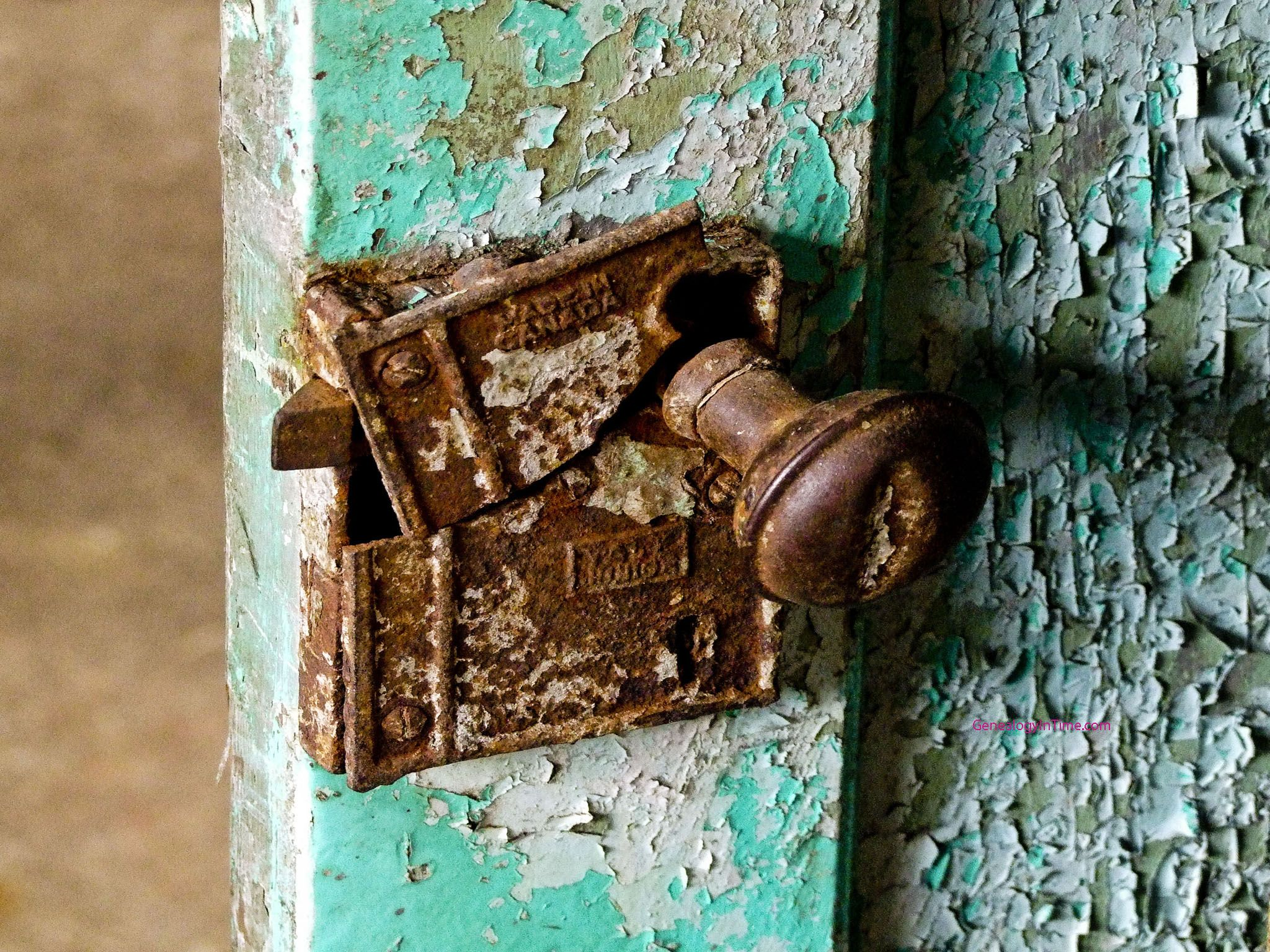 old rusted broken locks | old broken and rusted door lock ...