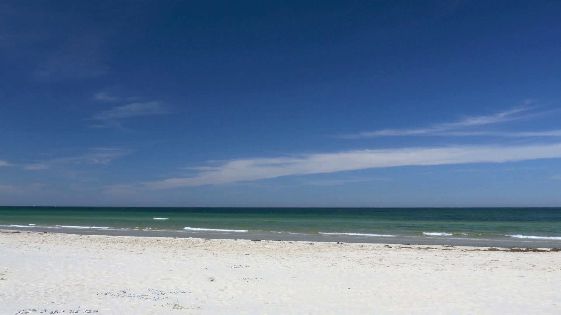 Beach scene without people. Peaceful and relaxing. White sand and ...