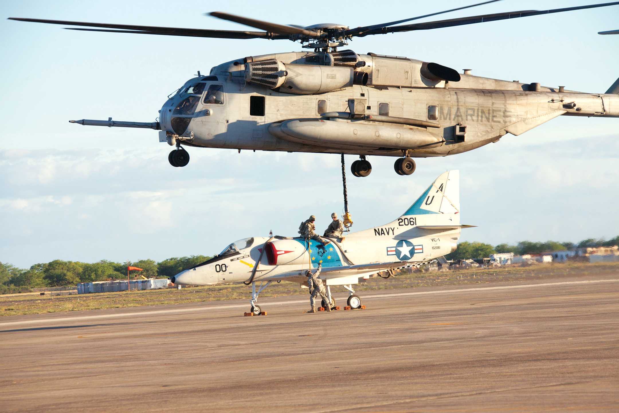 Joint service sling load : Hawaii Army Weekly
