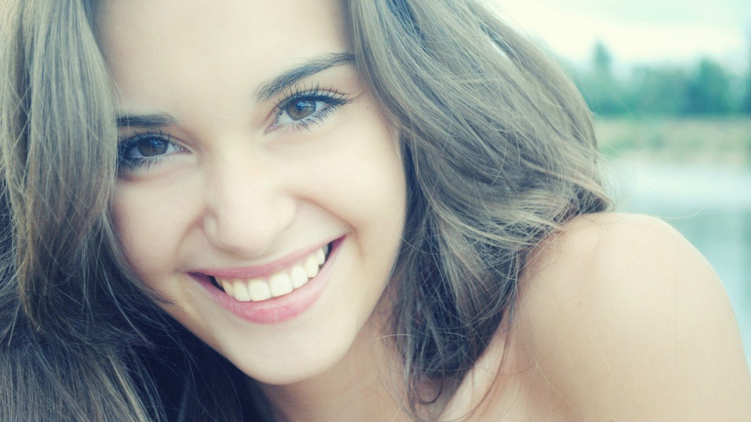 Download 2560x1440 White teeth smile cute girl wallpaper