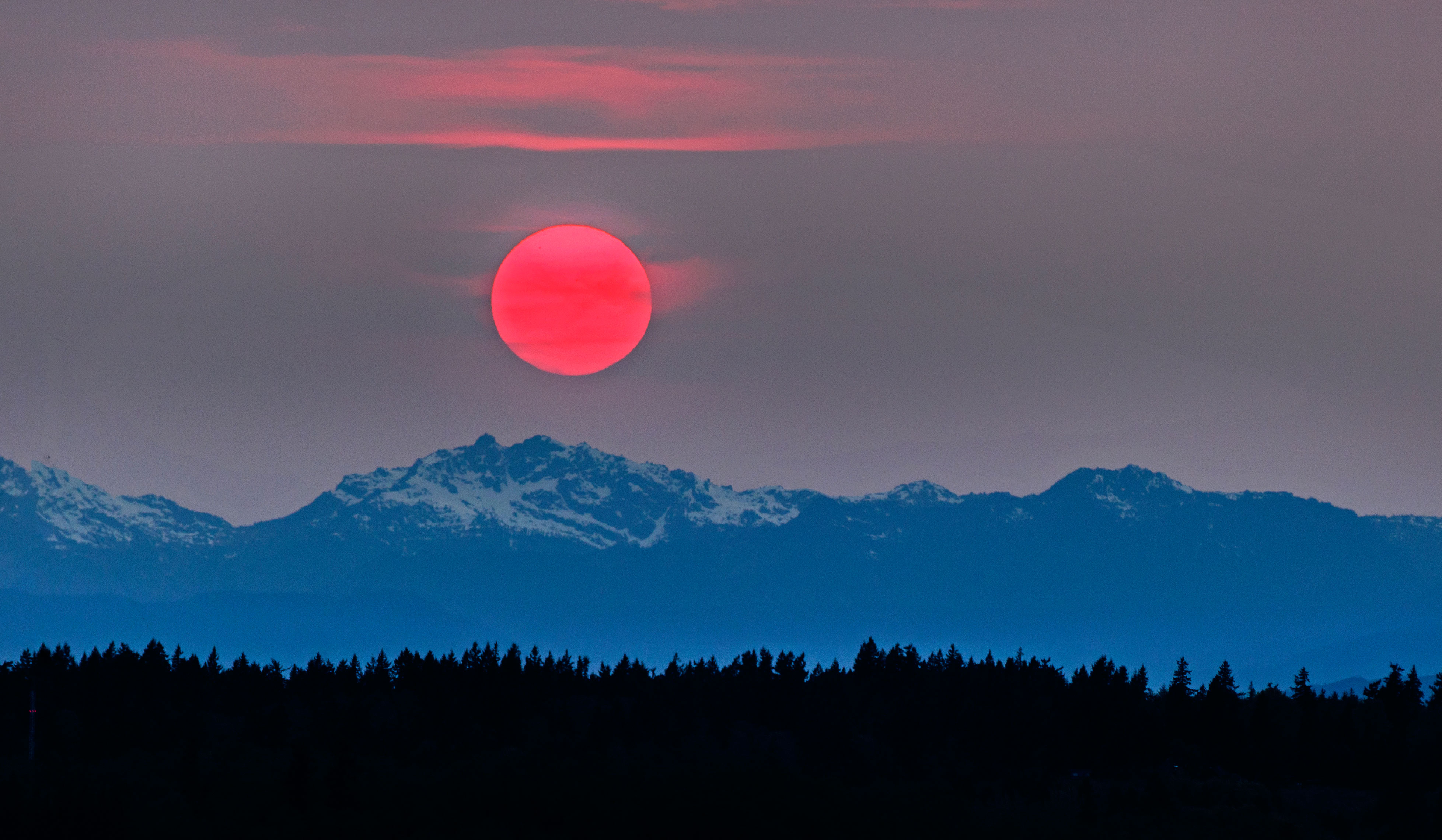 PHOTO: Amazing red Sunset – due to Siberian forest fires – as seen ...
