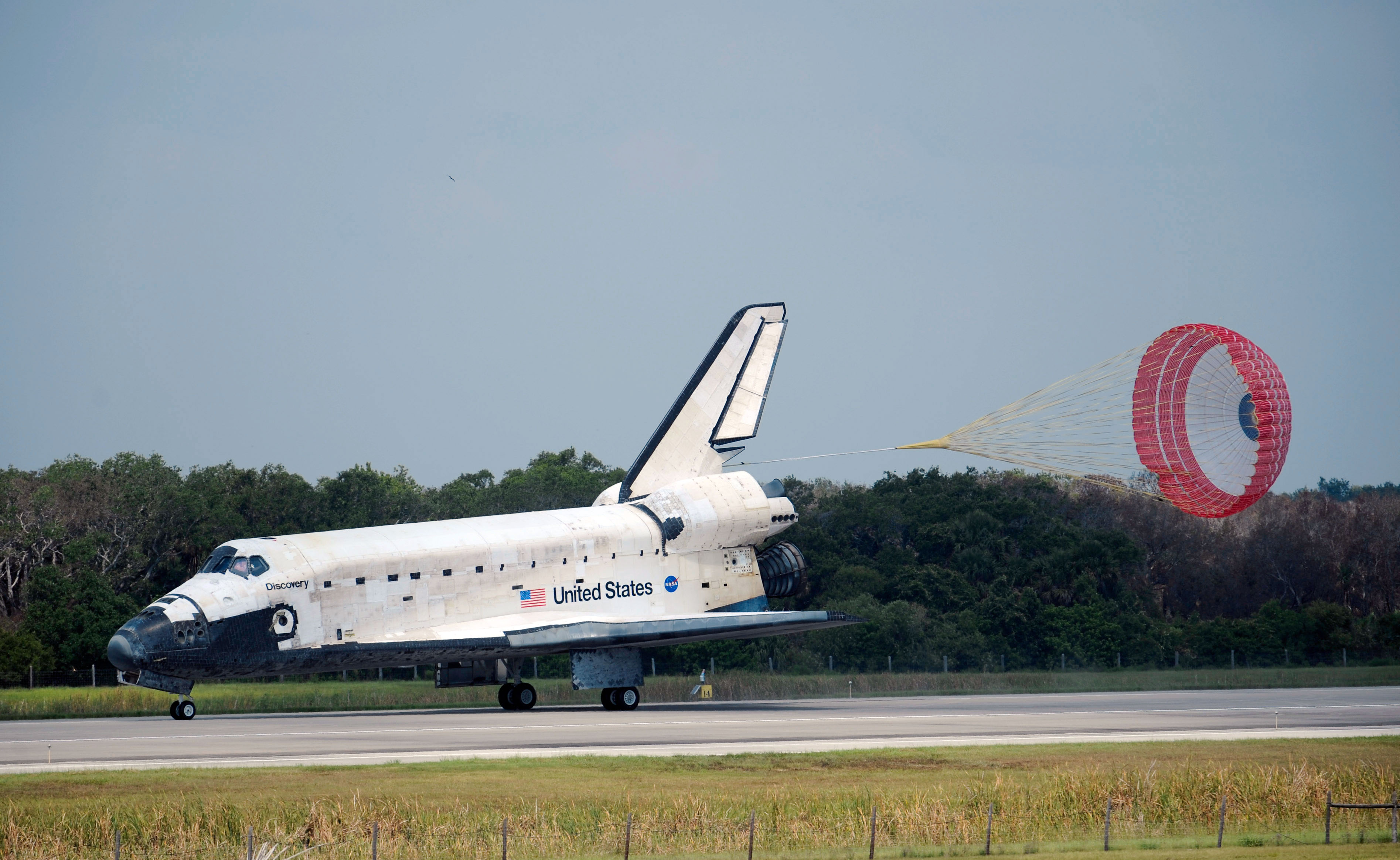 File:Space Shuttle Discovery Landing after STS-124.jpg - Wikimedia ...