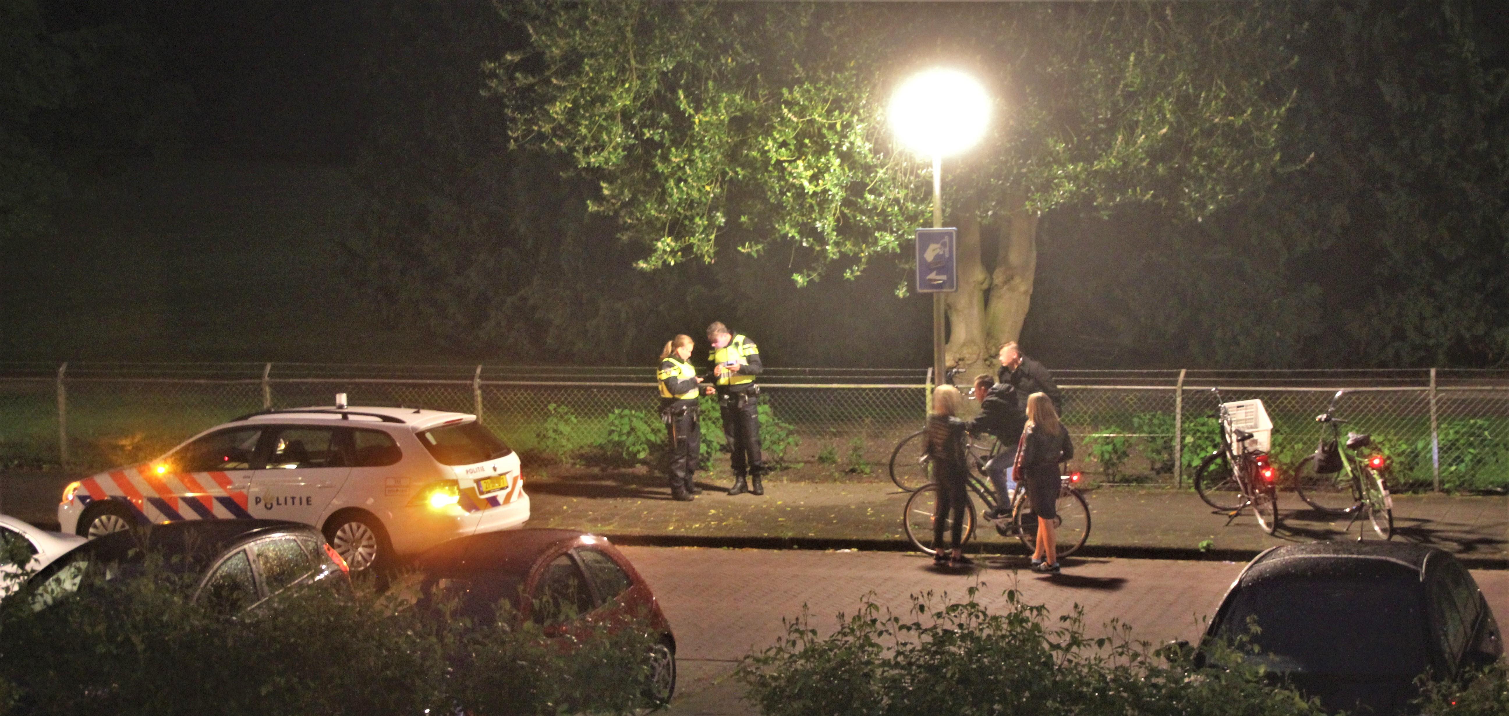 Staandehouding fietsers in de nacht photo