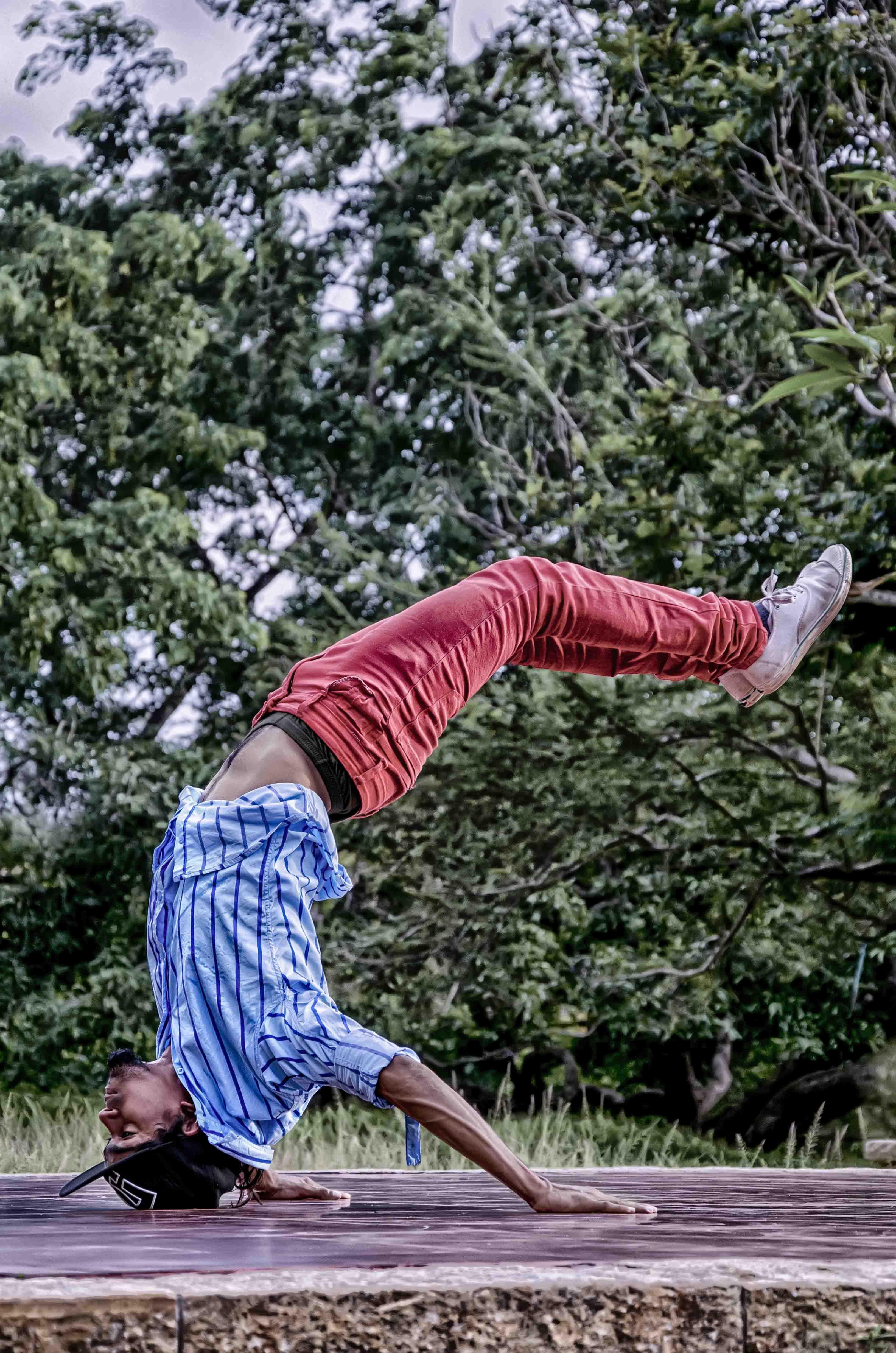 Street dancer flexible body capture photo