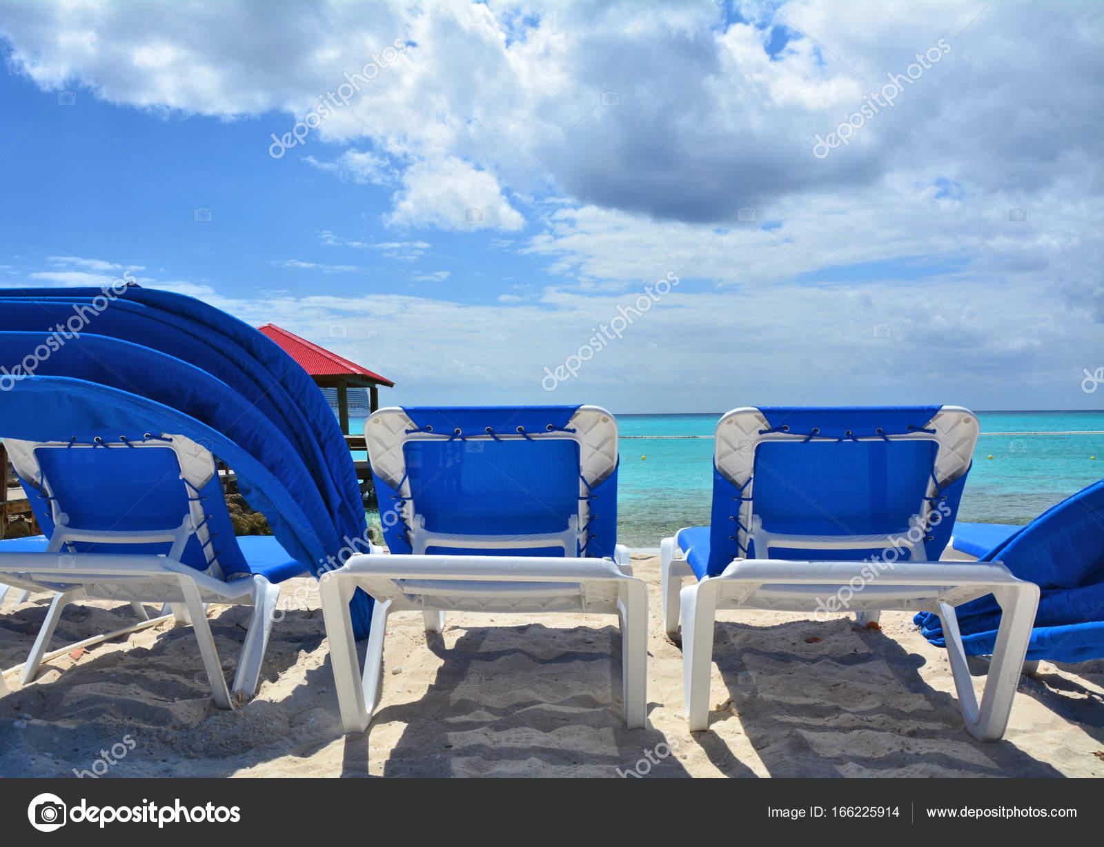Blue sunbeds on the beach — Stock Photo © Studiobarcelona #166225914