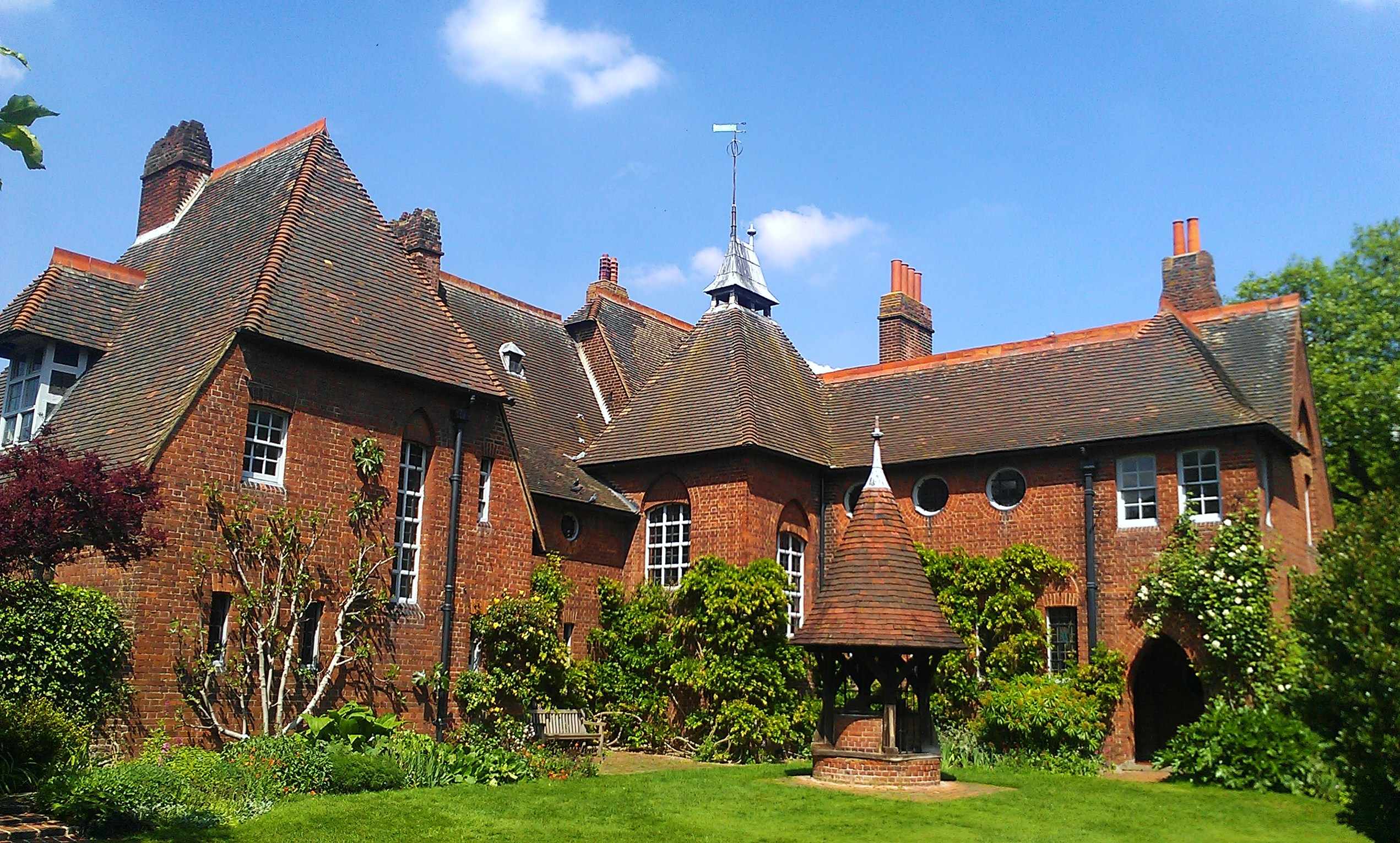 File:Philip Webb's Red House in Upton.jpg - Wikimedia Commons