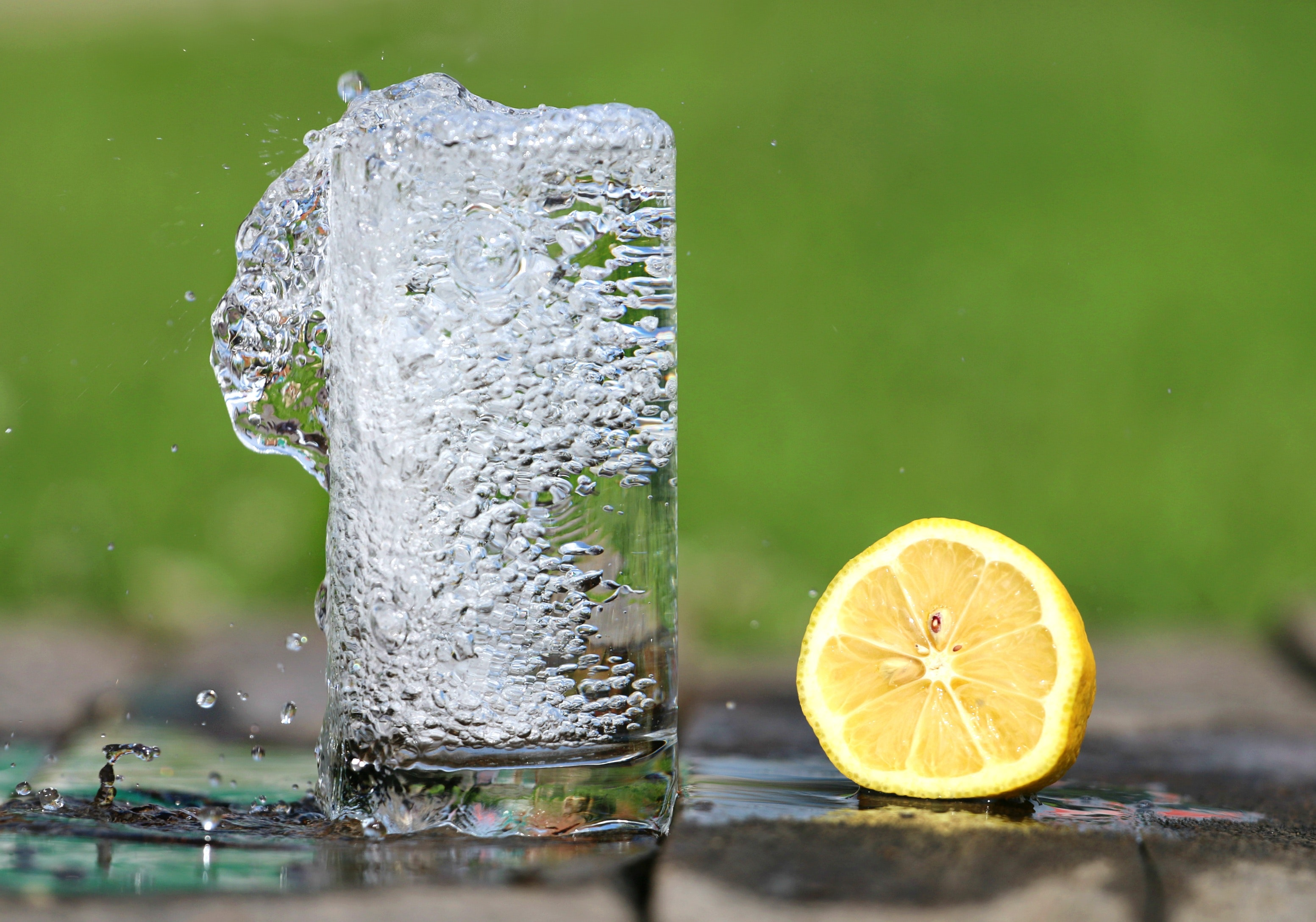 Time Lapse Photography of Water Bobbling Beside Lemon Fruit, Water, Refreshment, Lemon, Drink, HQ Photo