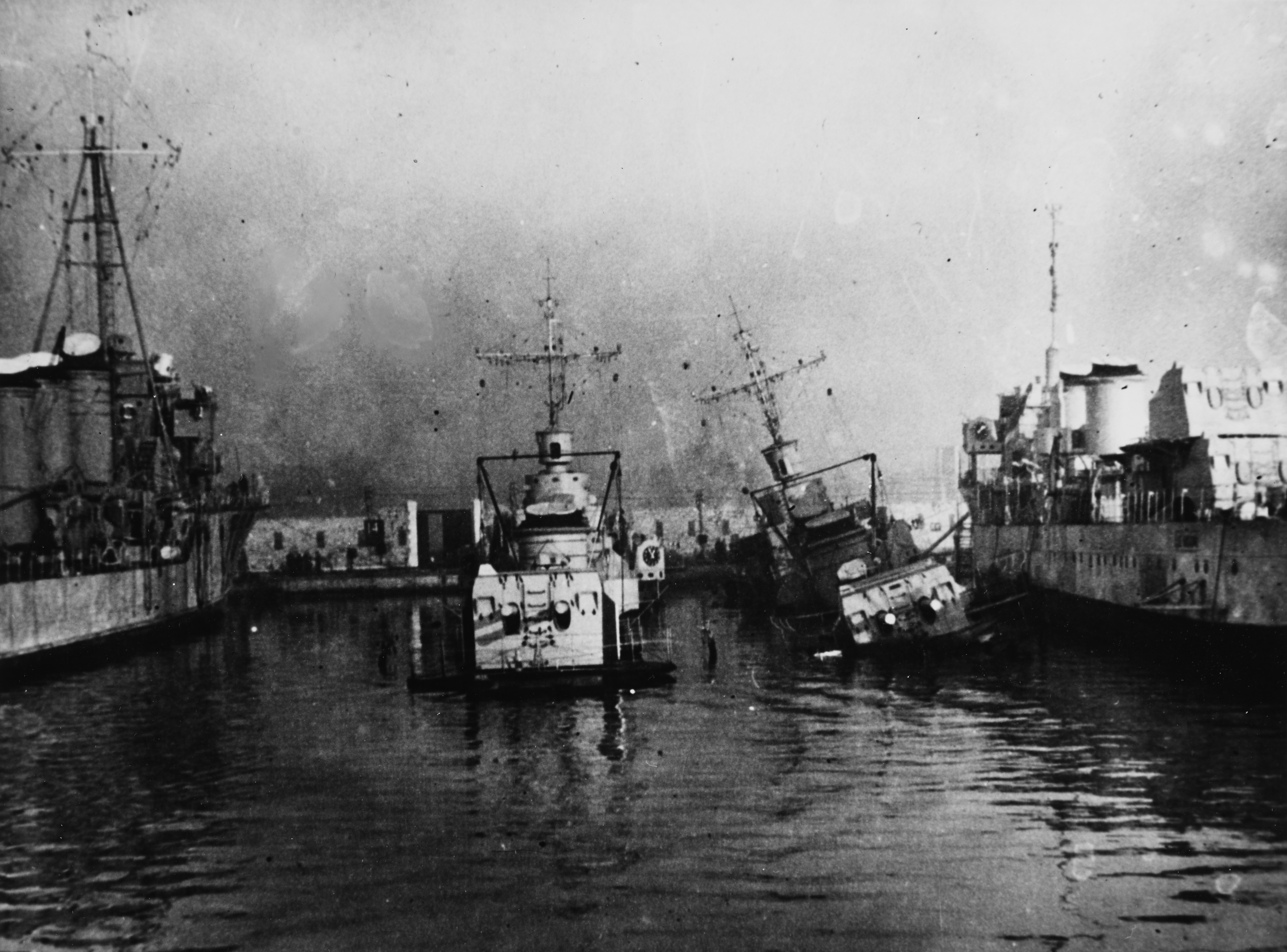 File:Le Hardi-class destroyers scuttled at Toulon in November 1942 ...