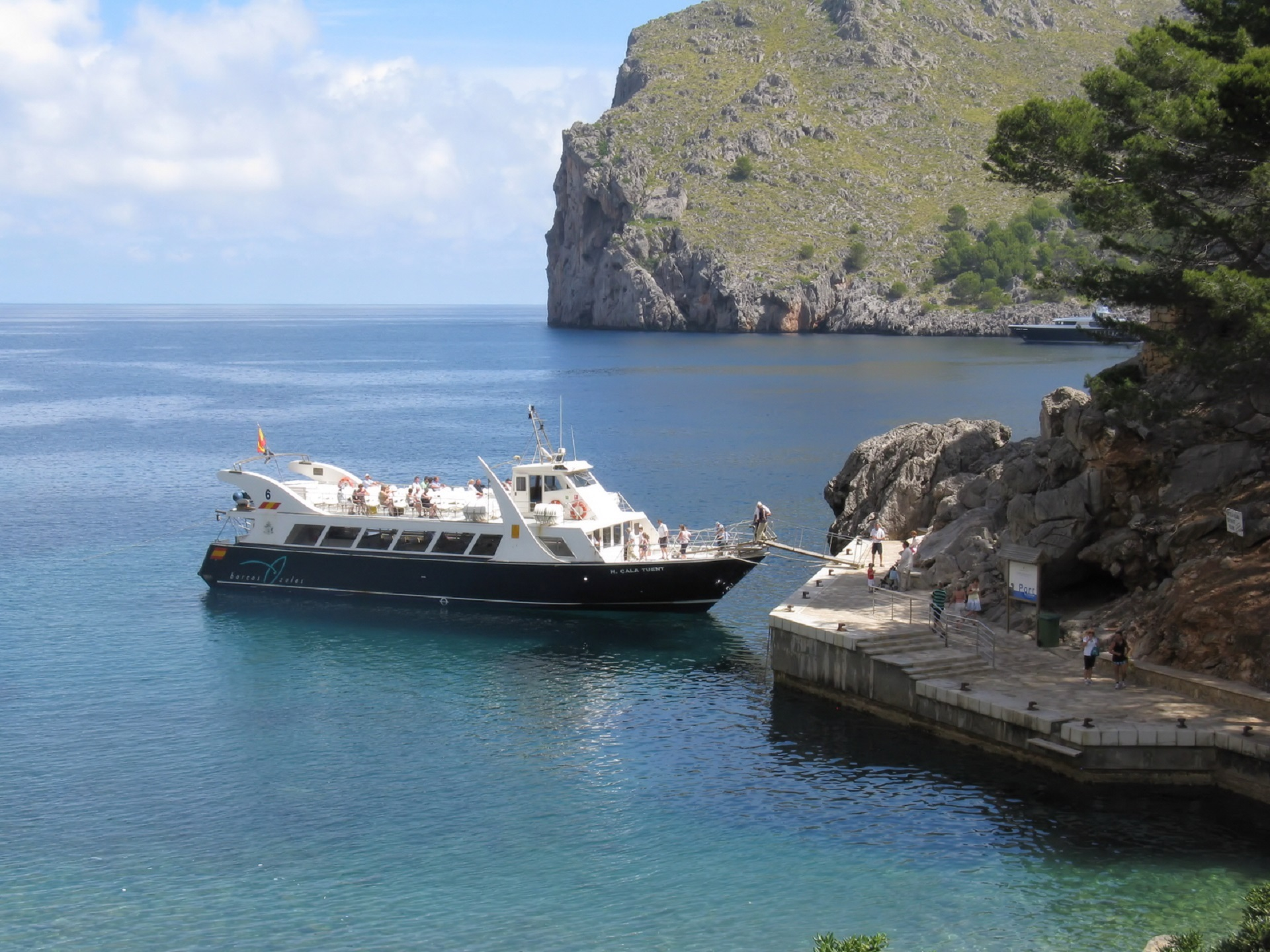 Tourist boat photo