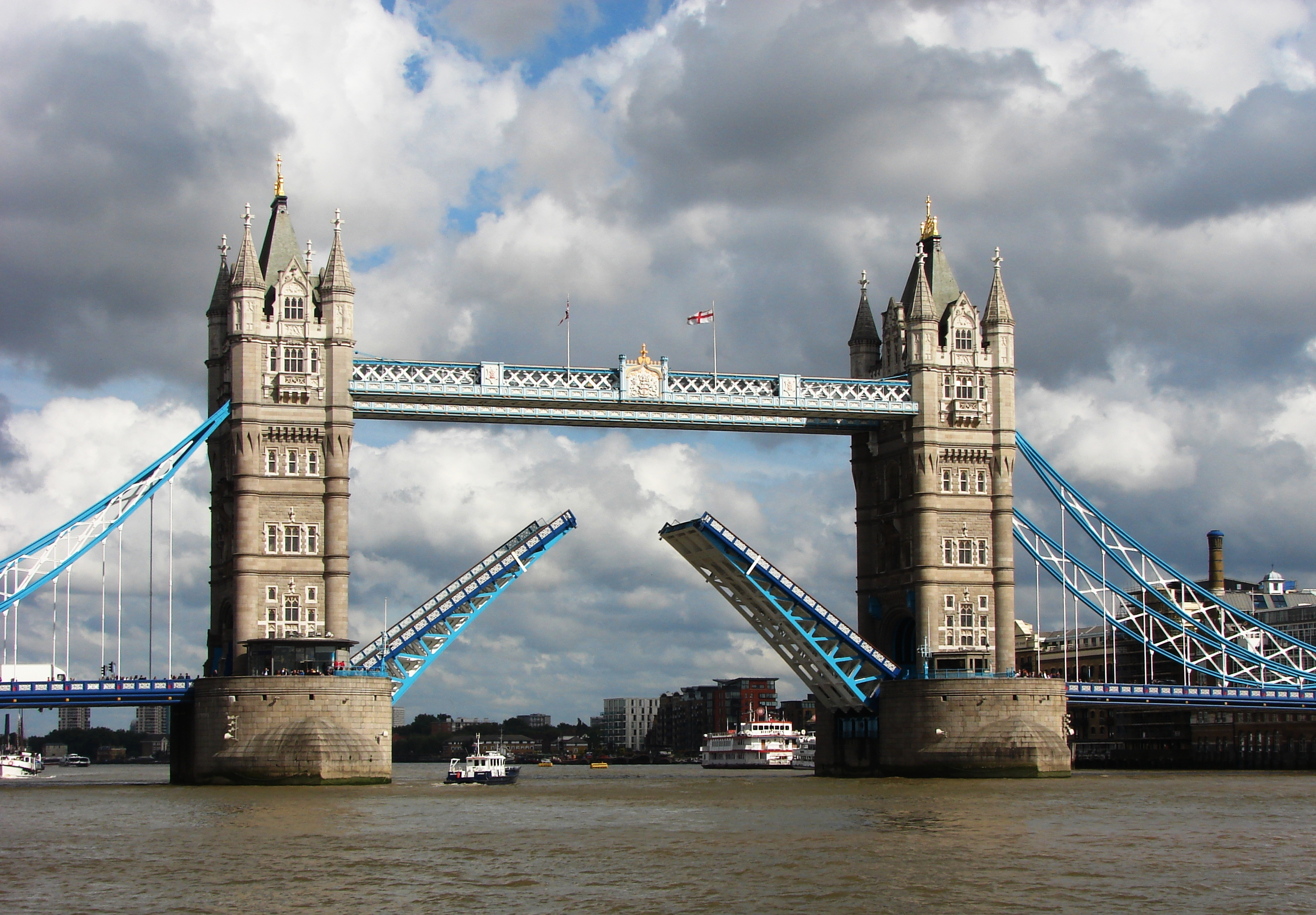 File:Tower Bridge,London Getting Opened 5.jpg - Wikimedia Commons