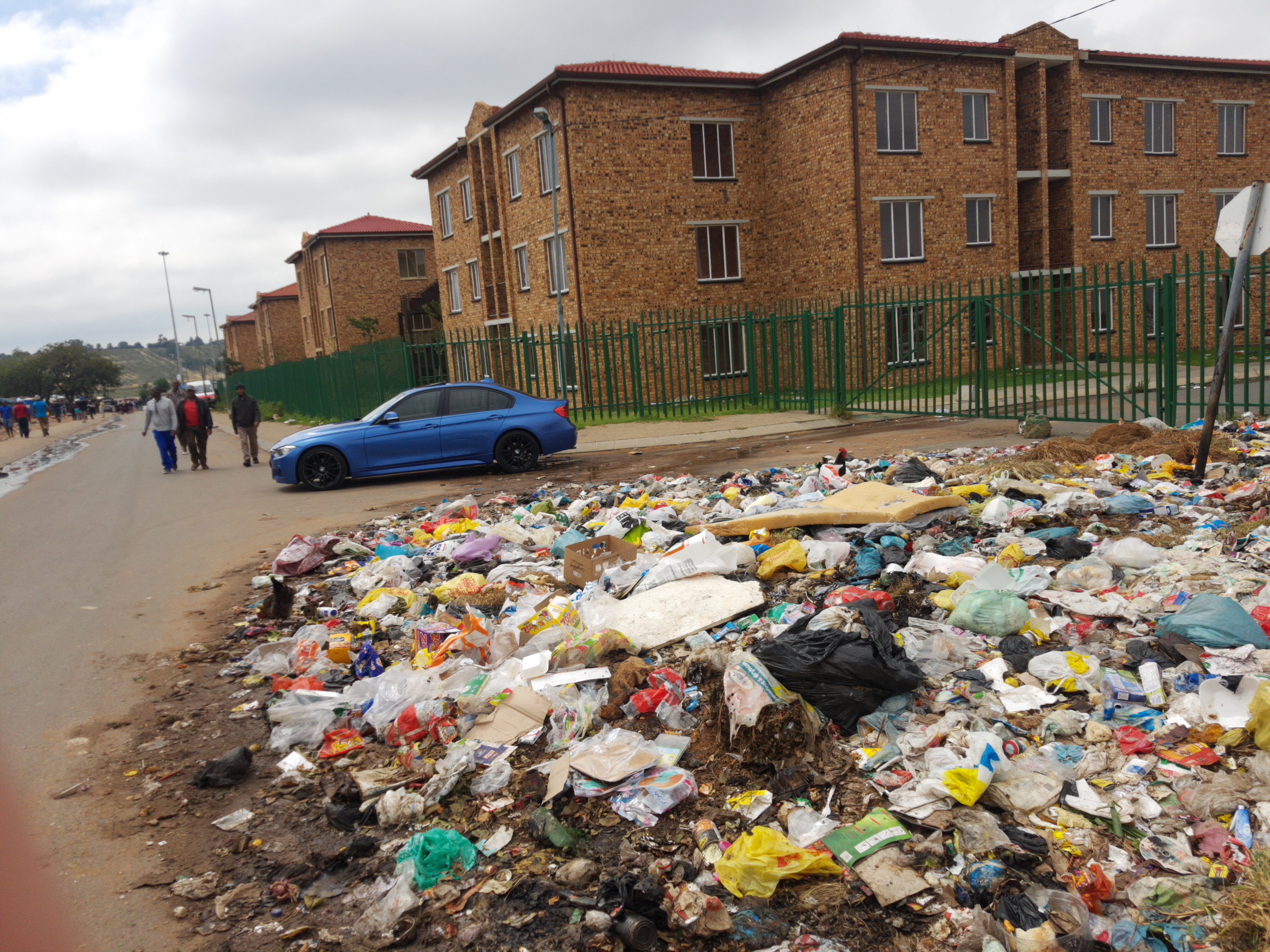 Township-Vielfalt: Müllberg, BMW M3 und leer stehende, weil zu teure kommunale Häuser, Building, Car, People, Road, HQ Photo