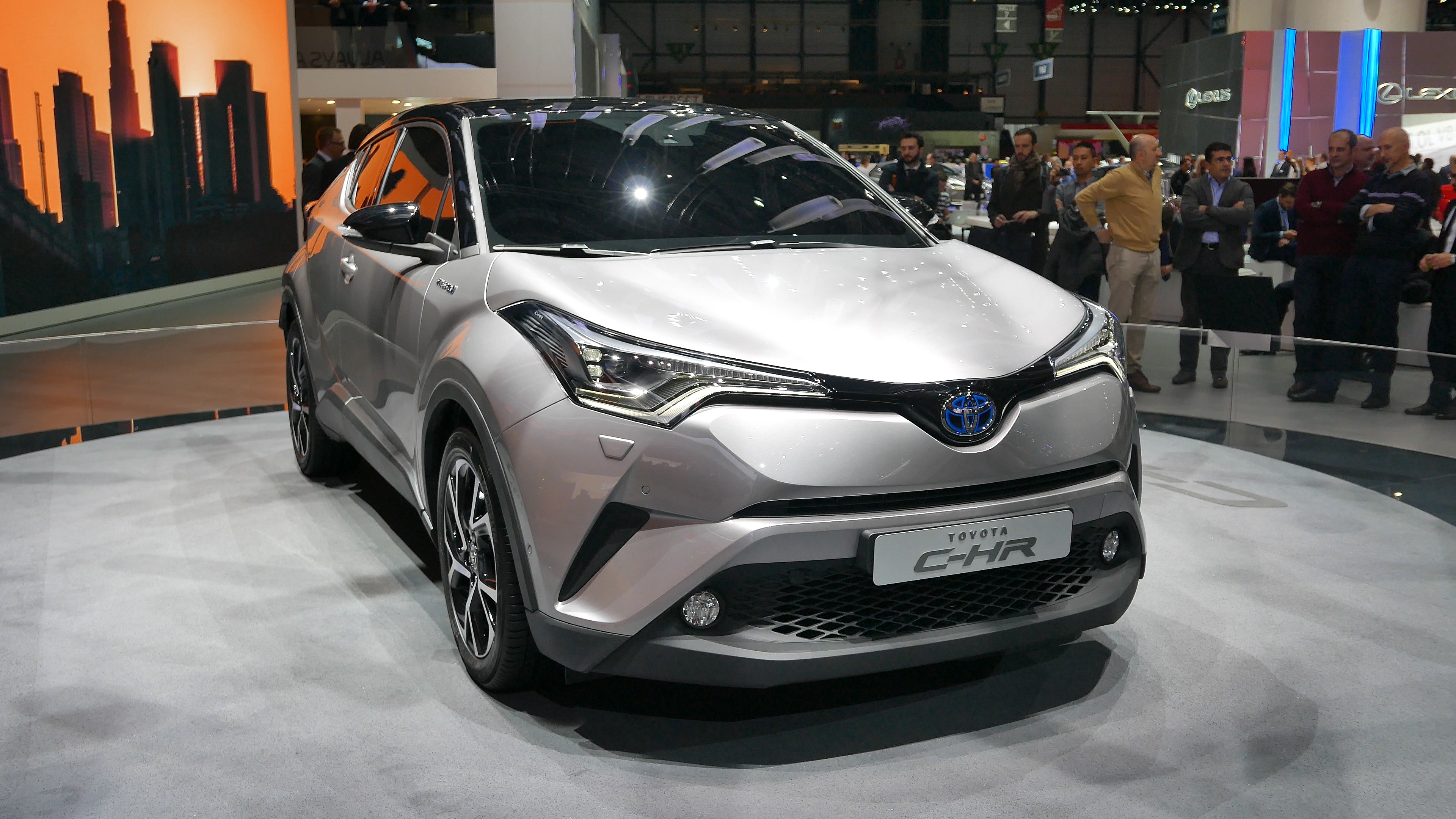 Toyota c-hr crossover hybride photo