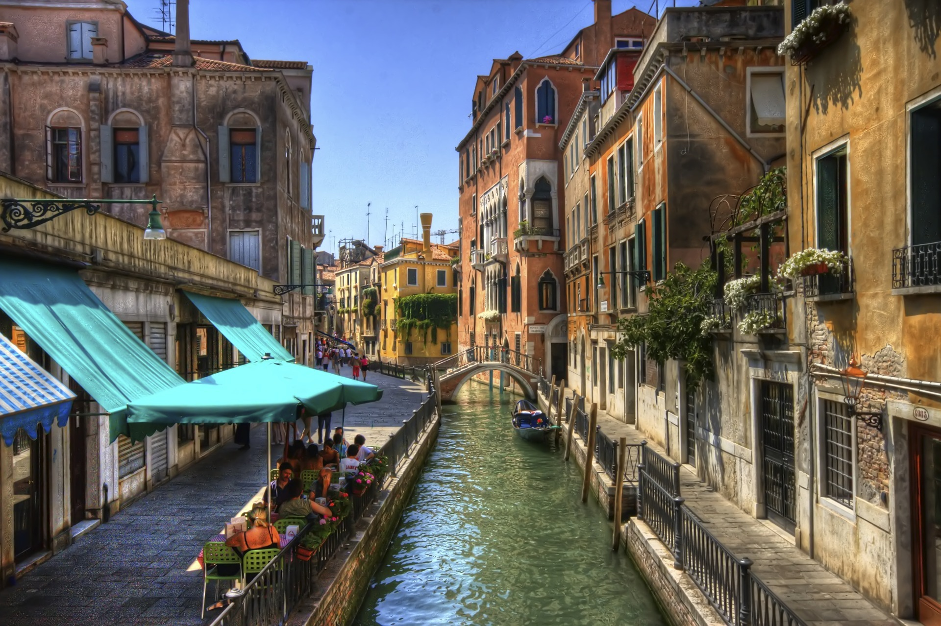 Narrow canal in Venice / 1920 x 1278 / Locality / Photography ...