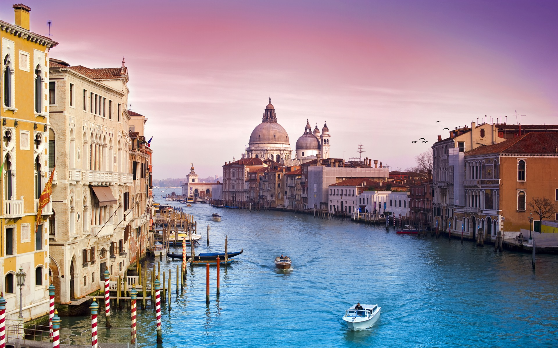 Venice the city of water is the largest old town in the world   WorldPOP