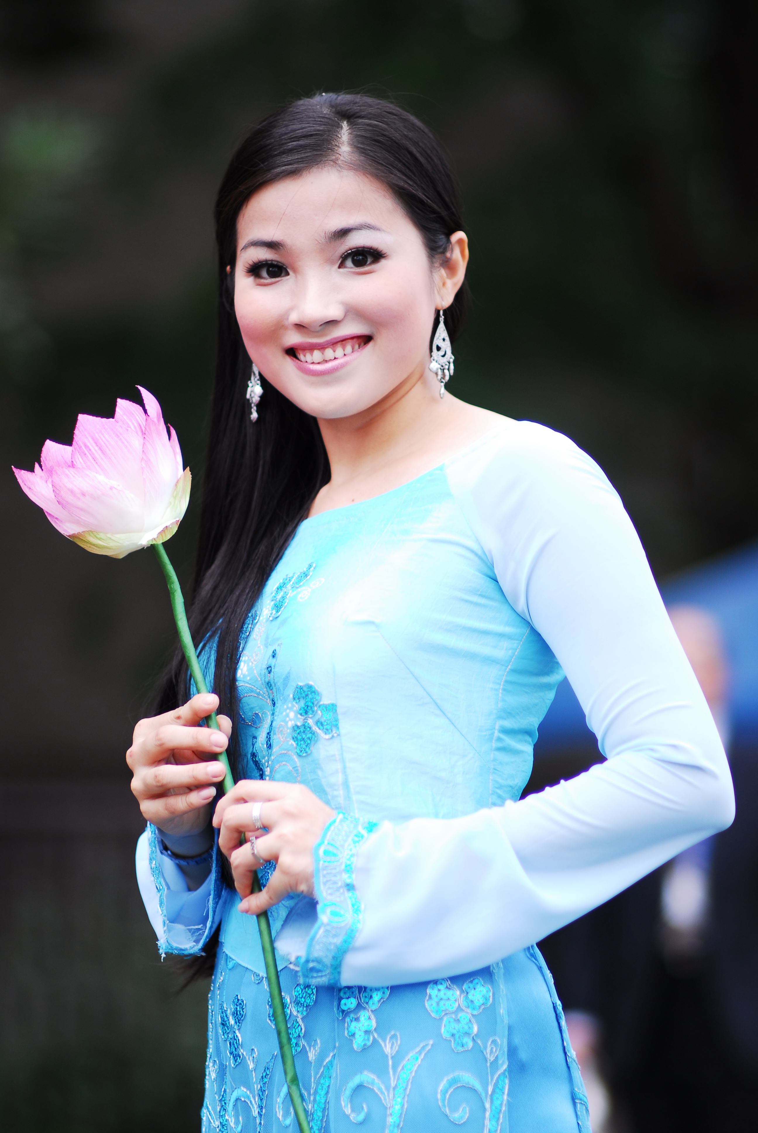 File:A Vietnamese young lady in ao dai.jpg - Wikimedia Commons