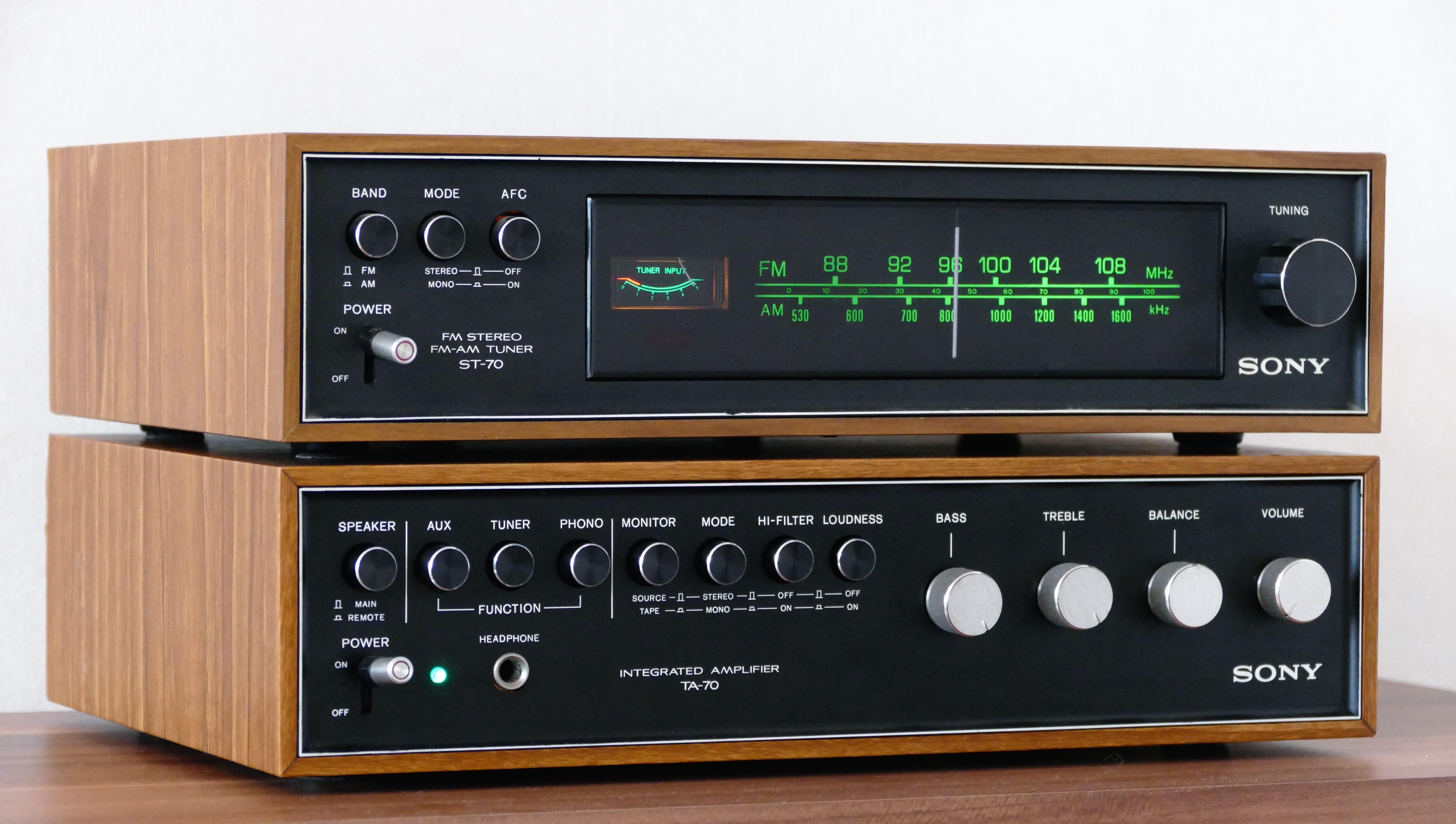 Vintage radio and amplifier photo