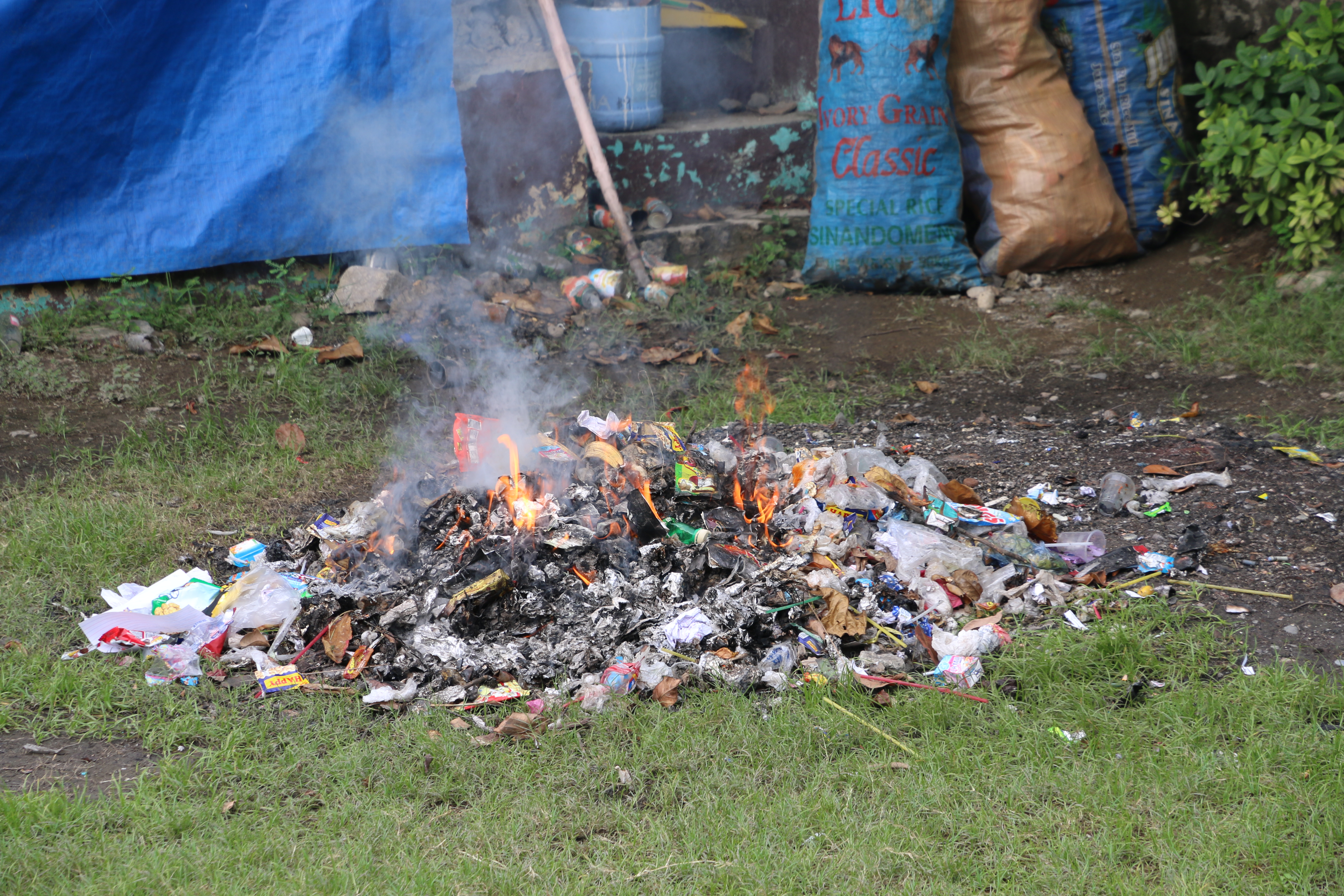 File:Burning garbage philippines w.jpg - Wikimedia Commons