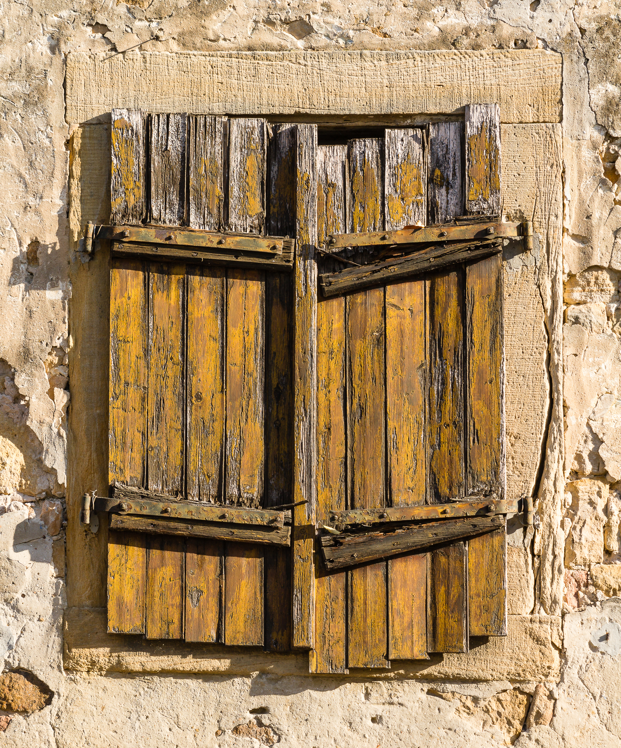 File:2015 10 11 004 Weathered window shutter.jpg - Wikimedia Commons