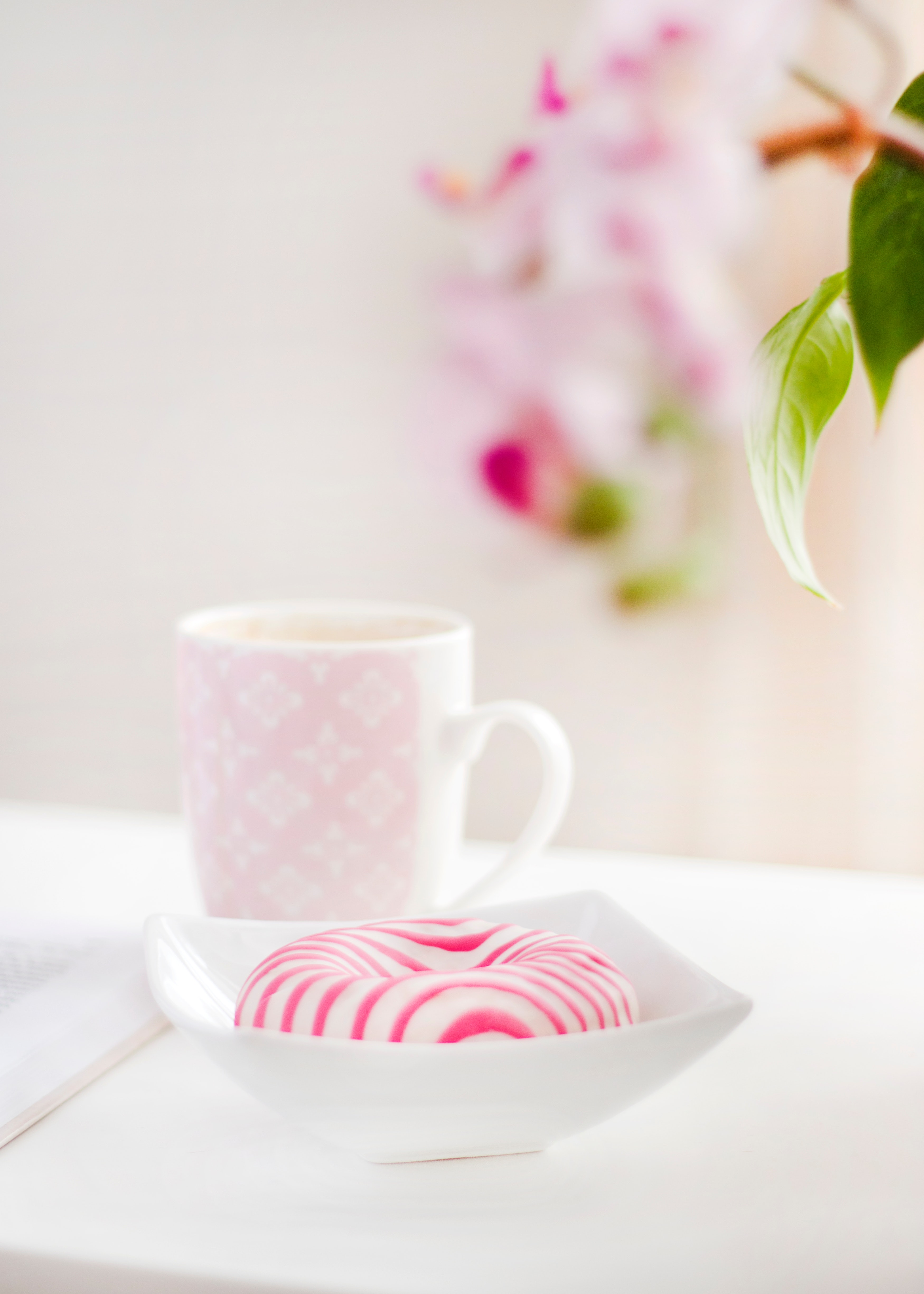 White and pink ceramic mug photo