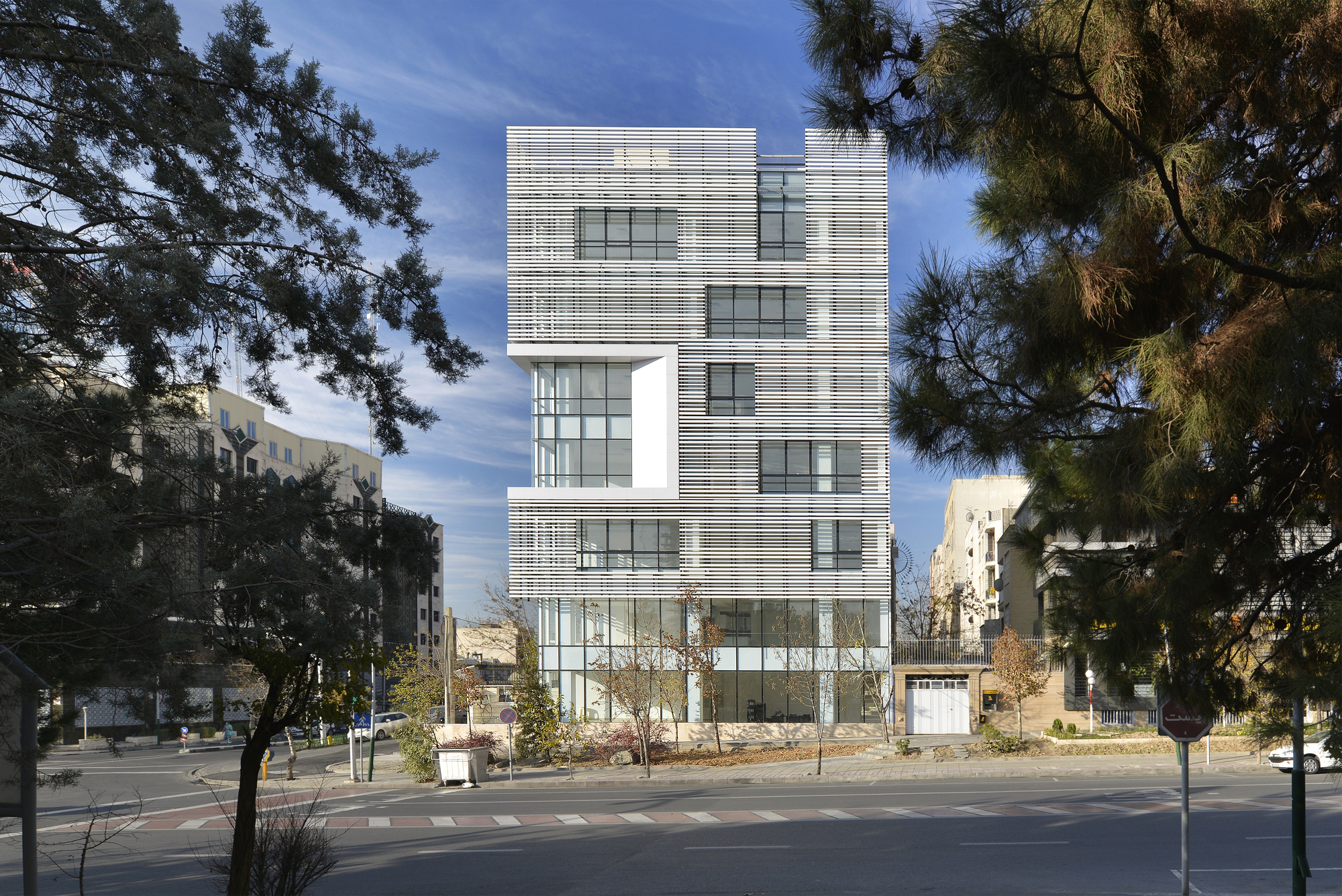 White Office Building / BNS Studio | ArchDaily