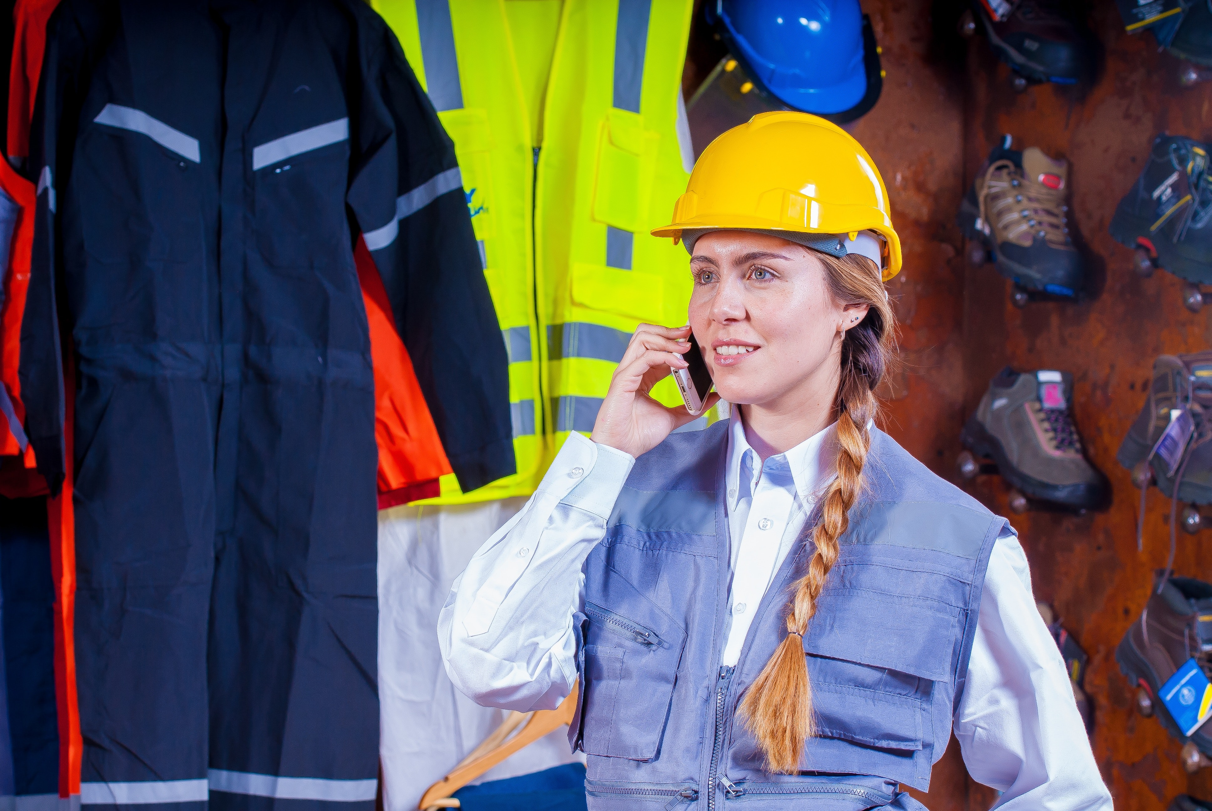free photo woman in gray vest with yellow hard hat inside room