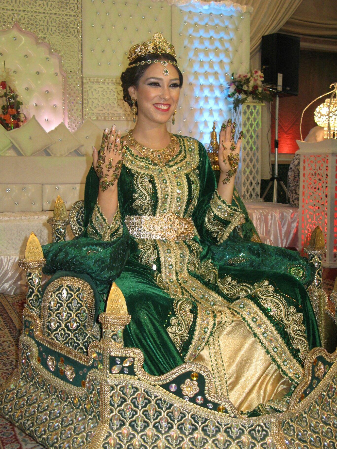 Morocco | Beautiful Arabian women on het wedding day wearing ...