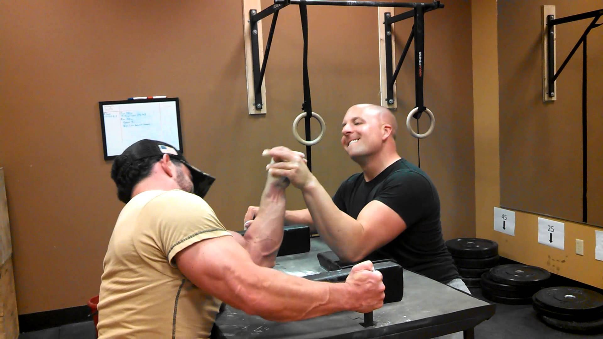 Arm wrestling Bodybuilder vs Arm Wrestler - YouTube