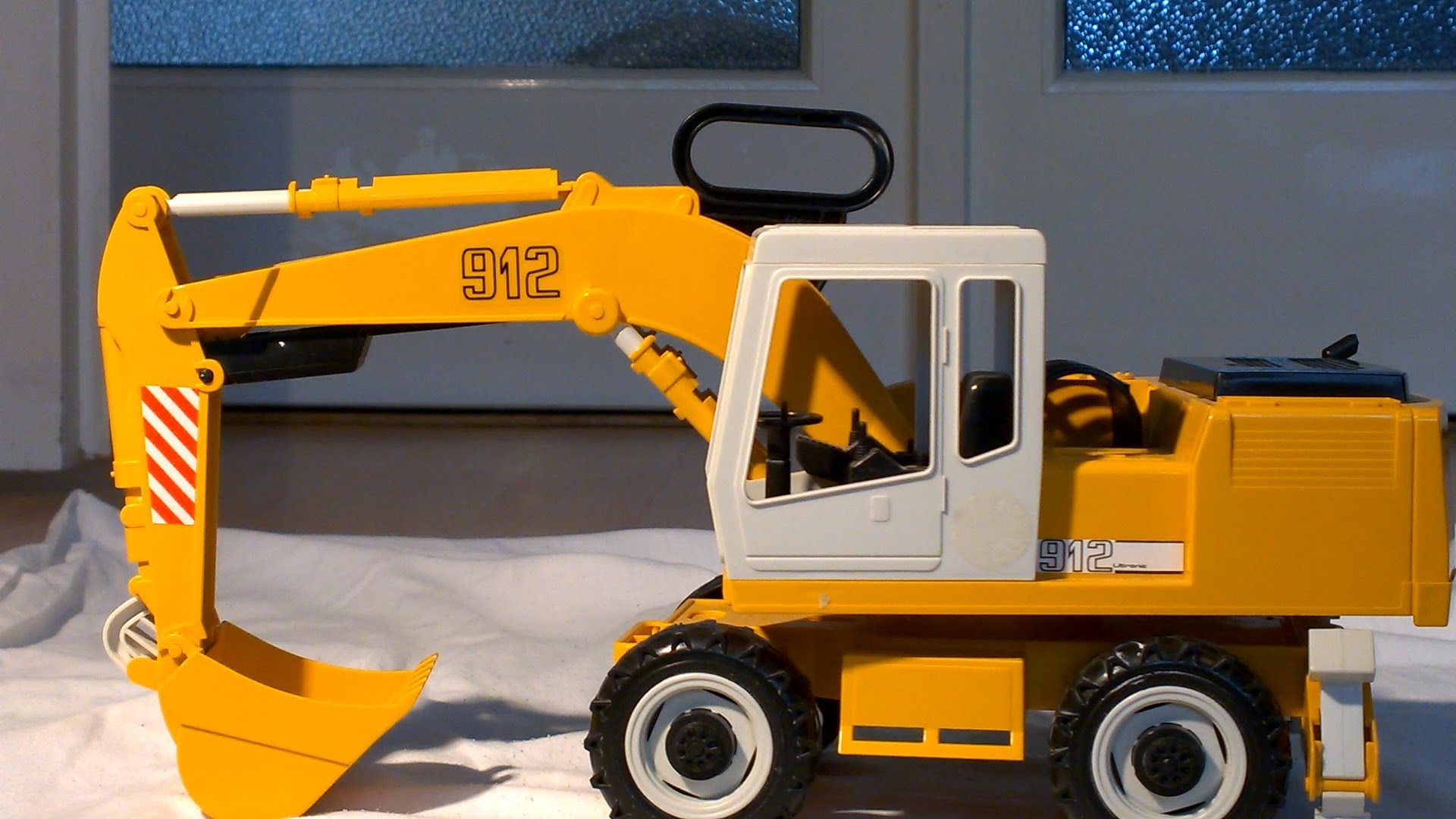 Yellow Excavator for boys and kids. Cool Bagger für Kinder.fullHD ...