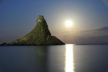 Acitrezza Faraglioni Moon Rise Sicilia Italy Italia - Creative Commons by gnuckx