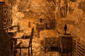 Al Capone's Prison Cell - Gold Decadence