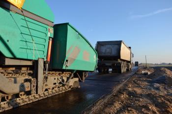 Asphalt finisher and truck