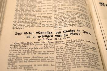 Book Showing Das Gebet Mananes Des Text in Shallow Focus Photography