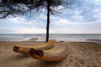 Brown Wooden Windsor Sun Lounger