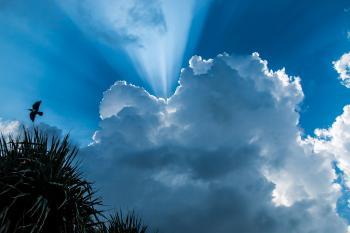 Caché derrière les nuages