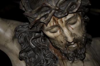 Clavado en una cruz