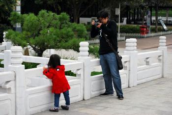 Kind wird fotografiert