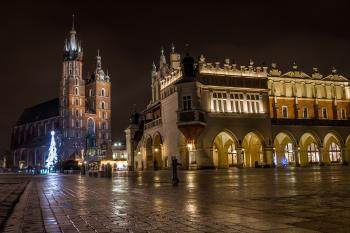 St Mary's Basilica (Kościół Mariacki) and Sukiennice, Krakow, Poland