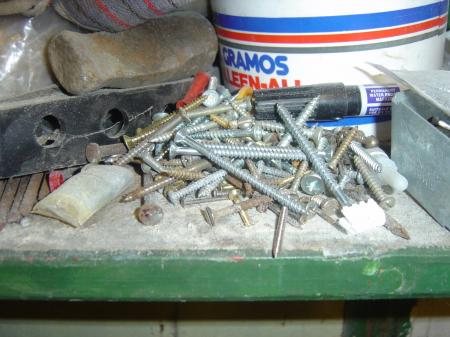 A pile of screws
