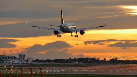 Jetliner landing